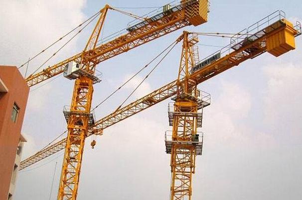 在建筑工地中塔吊与升降机的角色